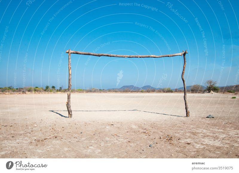 Selbsgebautes Fussballtor auf einem Sandplatz in Afrika Fußballtor Tor Fußballplatz Sport Zimbabwe Spiel Menschenleer Ballsport Sportstätten Freizeit & Hobby