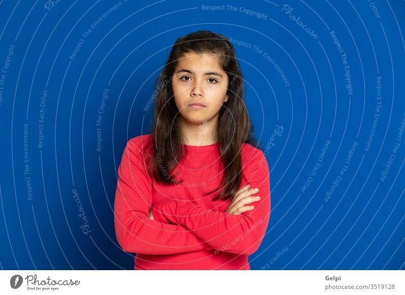 Mädchen im Vorschulalter mit rotem T-Shirt Kind blau furchtbar überrascht entsetzt Emotion gestikulieren erschrecken beunruhigt aufgeregt Problematik Porträt