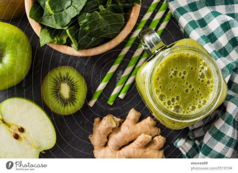 Gesunder grüner Smoothie im Glas auf schwarzem Stein - Draufsicht Apfel Farbe Zusammensetzung gekocht lecker Entzug Diät Speise trinken Lebensmittel frisch