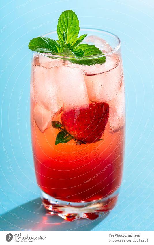 Erdbeergetränk. Ein Glas Erdbeerlimonade. Sommer-Cocktail Getränk blau hell Erfrischungsgetränk farbenfroh lecker Entzug Diät trinken Flüssigkeiten Frische