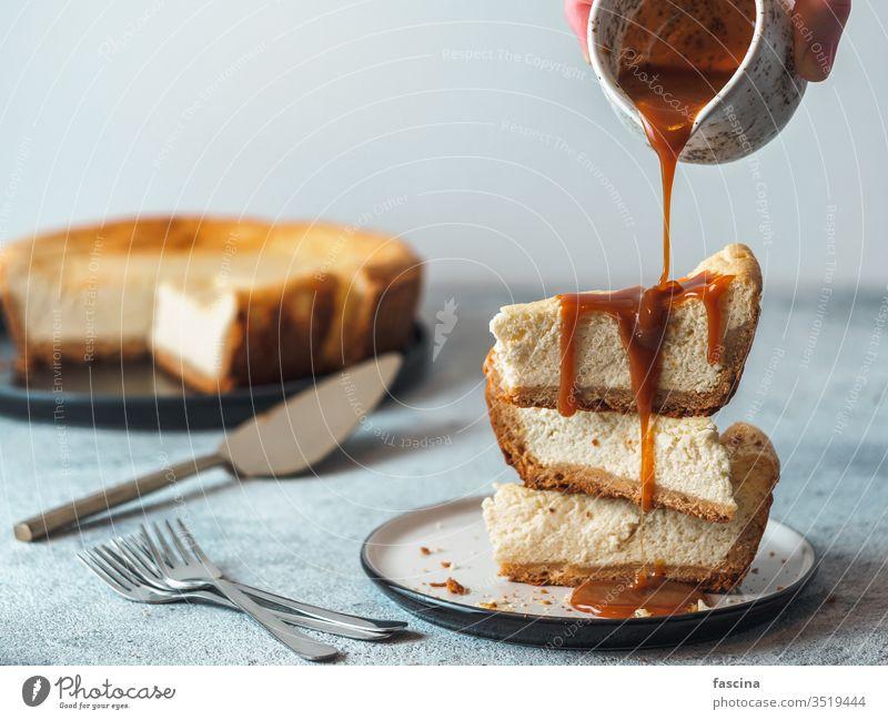 Karamellguss auf Wangenknochenstücke Käsekuchen Karamell-Backenkopf Karamell-Gießen selbstgemacht Saucen Hintergrund frisch klassisch Tisch Kuchen Dessert süß