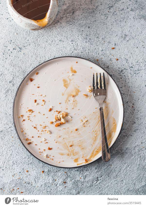 Leere verschmutzte Platte, Draufsicht dreckig Speise Saucen Teller leer Abendessen Mahlzeit Lebensmittel Tisch Mittagessen weiß fertig Hintergrund Restaurant