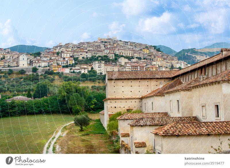 Blick auf die Stadt Padula vom Kartäuserkloster St. Lorenz kartäusisch Kartause Ansicht Hügel cilento Sankt Lorenz certosa San Lorenzo Kloster Campania antik