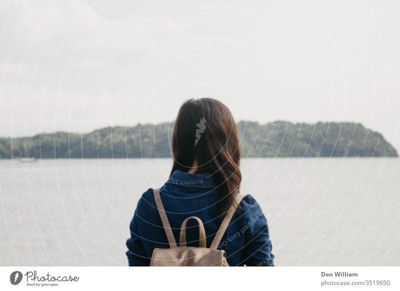 Mädchen, das in die Ferne blickt Frau allein Meer Denken jung Hintergrund schön blau Horizont Lifestyle Einsamkeit Meditation Berge Gipfel Menschen Erholung