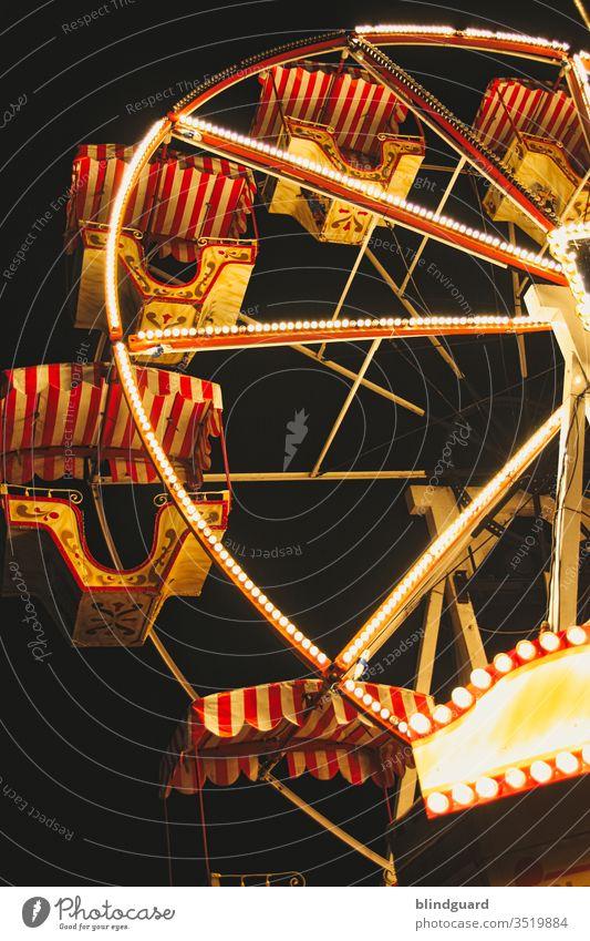 Ausgedreht ... wir drehen uns im Kreis! Doch leider stehen alle Karusselle still und auch die Lichter werden wohl bald erlöschen. Jahrmarkt Feier Event
