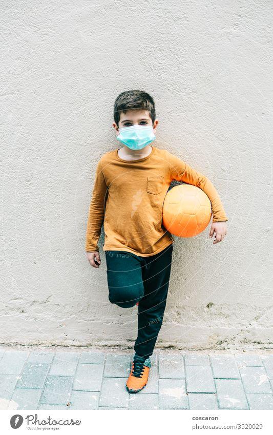 Kleiner Junge mit Ball und Schutzmaske. 2019-ncov Allergie allein Kind Kindheit Korona Corona-Virus Coronavirus covid-19 COVID19 niedlich Seuche Gesicht