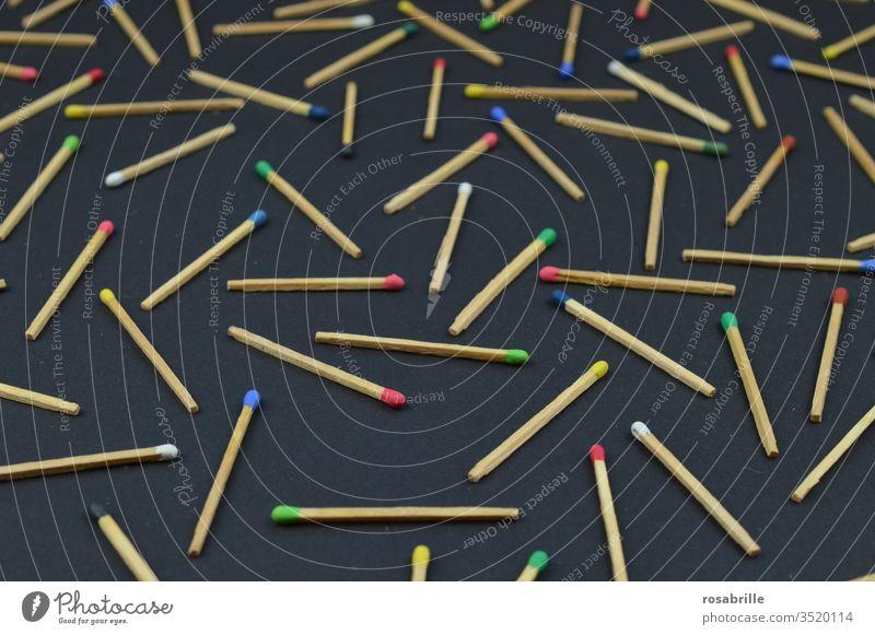 Ordnung im Chaos | Streichhölzer mit bunten Köpfen auf schwarzem Untergrund Streichholz Muster Hintergrundbild Sammlung durcheinander abstrakt konzeptionell