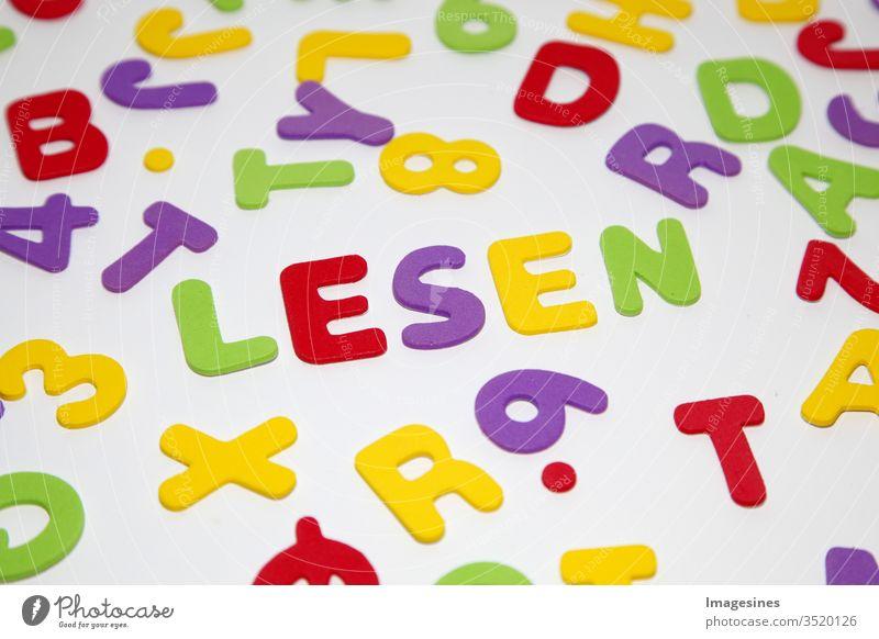 das Wort LESEN, Muster mit Buchstaben des Alphabets und Zahlen in zufälliger Reihenfolge auf weißem Hintergrund. Bildung und Schulanfang Konzept abc abstrakt