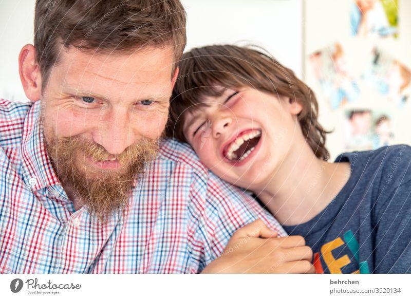 einfach mal lachen Nähe Kuscheln Porträt Licht Tag Nahaufnahme Innenaufnahme Farbfoto Sohn Liebe Warmherzigkeit Zusammensein Geborgenheit Vertrauen