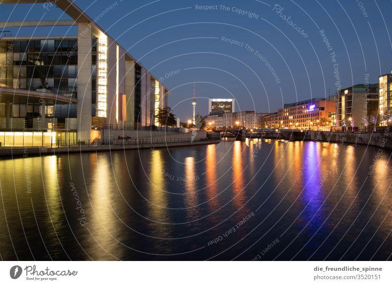 Regierungsviertel bei Nacht Spree Fluss Berlin Fernehturm Wasser Hauptstadt Farbfoto Außenaufnahme Stadt Architektur Menschenleer Sehenswürdigkeit Dämmerung
