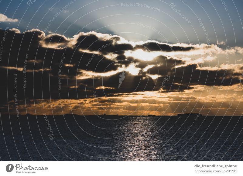 Sonnenuntergang an der Promenade Warnemünde Ostsee Himmel Wolken Wasser See Meer Langzeitbelichtung Farbfoto Rostock Außenaufnahme Mecklenburg-Vorpommern Natur
