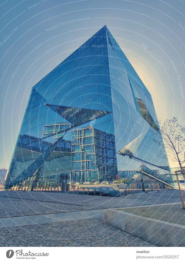 Cube Architektur Mobil Berlin Mitte Gehweg Spiegelung Hauptbahnhof Menschenleer Himmel Wolkenloser Himmel Baum blau