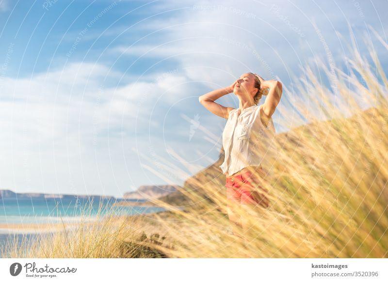 Freie glückliche Frau, die im Urlaub Sonne genießt. Natur frei Glück Sommer sorgenfrei sich[Akk] entspannen Wind Freiheit Fröhlichkeit Strand jung Wellness
