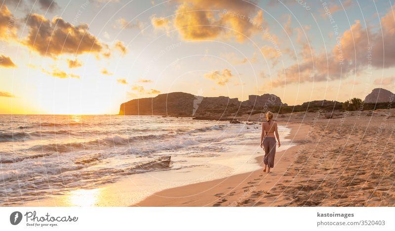 Frau geht bei Sonnenuntergang am Sandstrand spazieren. Strand Sommer jung MEER Wasser Natur Erholung Mädchen Person Falasarna Urlaub Schönheit im Freien schön