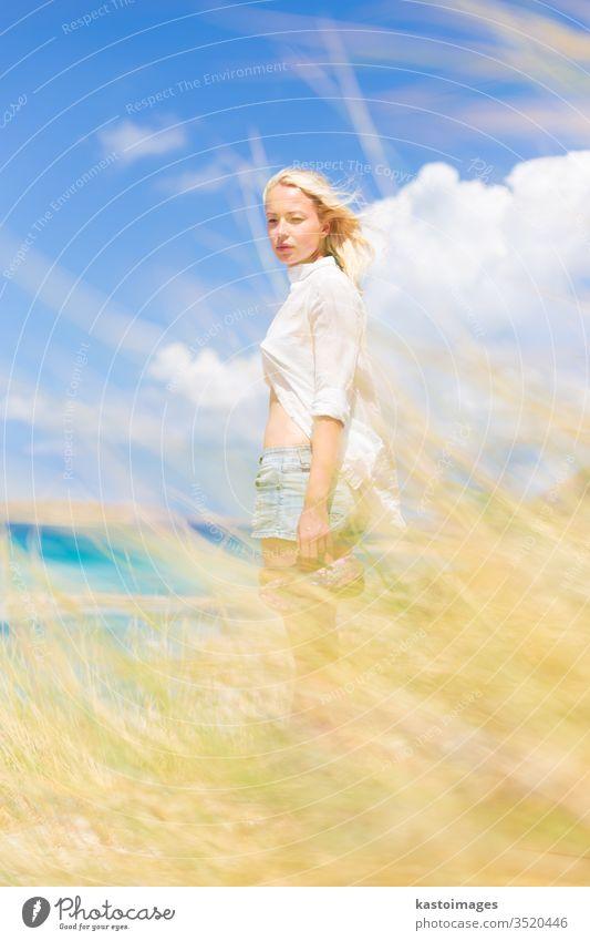 Freie glückliche Frau, die im Urlaub Sonne genießt. Natur frei Glück Sommer Wind Freiheit Strand jung Mädchen schön Schönheit Fröhlichkeit im Freien weiß