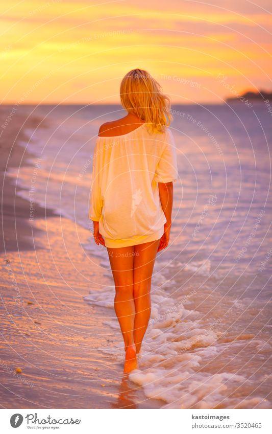 Dame am tropischen Sandstrand bei Sonnenuntergang. Frau Strand Meer Sommer Küste Freude MEER Natur Lifestyle Körper jung weiß sexy Silhouette Person Mädchen