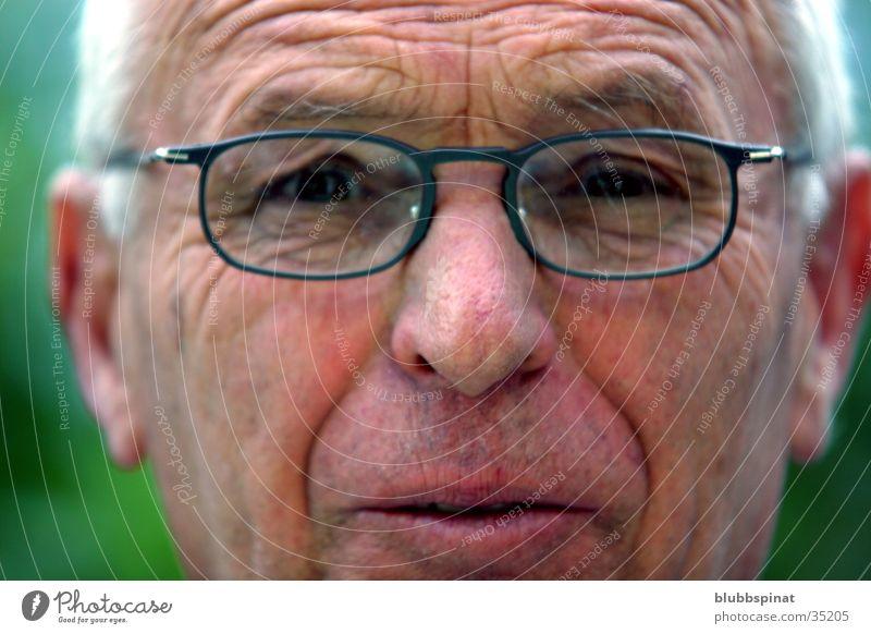 Opa Großvater Mann Brille grau Nahaufnahme Außenaufnahme