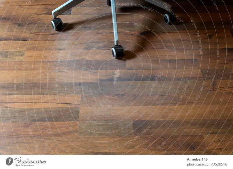 Beschädigter Laminatfußboden durch Bürostuhlrollen in einem Haus, braucht Schutz Alterung Schaden Bodenbelag kaschieren Holz schäbig Hartholz Schwüle