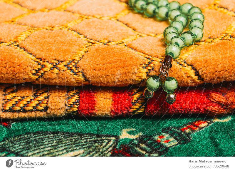 Grüne Gebetsperlen Islamisches Gebet reife Texturen hautnah Sucht Ambiente Anti-Tabak Asche Aschenbecher Hintergrund schlechte Gewohnheit schlechte Gewohnheiten
