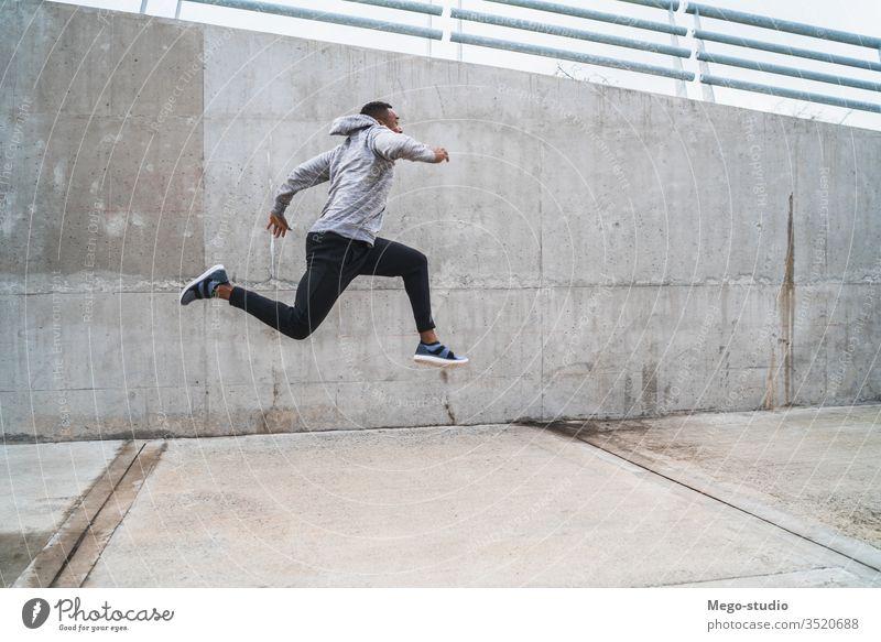 Porträt eines springenden Sportlers. Mann Athlet Training Fitness Lifestyle Person Gesundheit sportlich Übung männlich passen Sportbekleidung Erwachsener