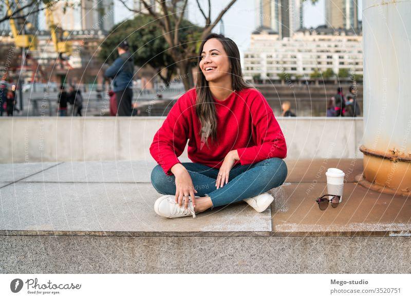 Porträt einer jungen lateinischen Frau. Menschen Mädchen Erwachsener Straße urban lässig Mode Kaffee Person Großstadt niedlich Stil hübsch Schönheit modern
