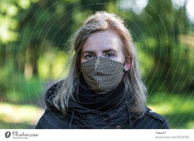 Frau draußen mit Wollmaske im Gesicht Gesichtsmaske Gesichtsmaske aus Wolle Schutz covid-19 Wollmasken-Schutz Frau mit Maske Frau mit Wollmaske 2019-ncov