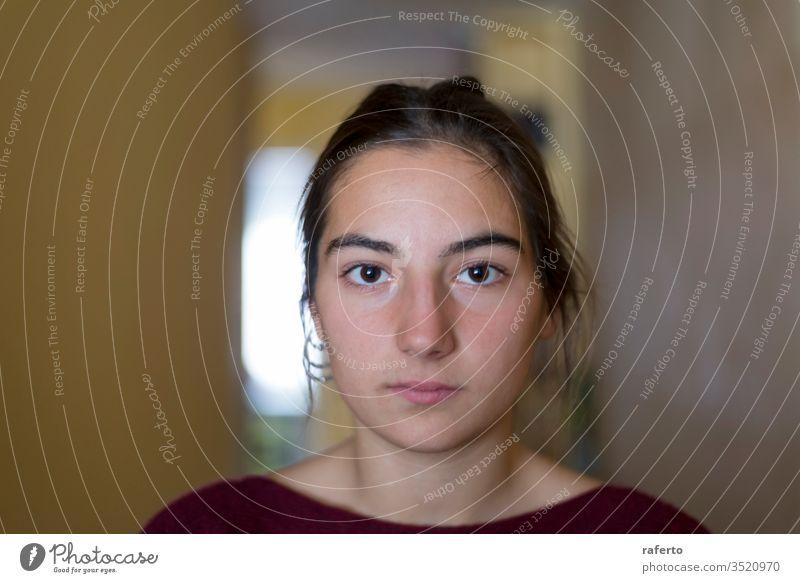 Nahaufnahme-Porträt einer jungen Frau, die in die Kamera schaut Ausdruck Auge Gesicht Teenager weiß hübsch Schönheit Person niedlich Freizeitkleidung Glück
