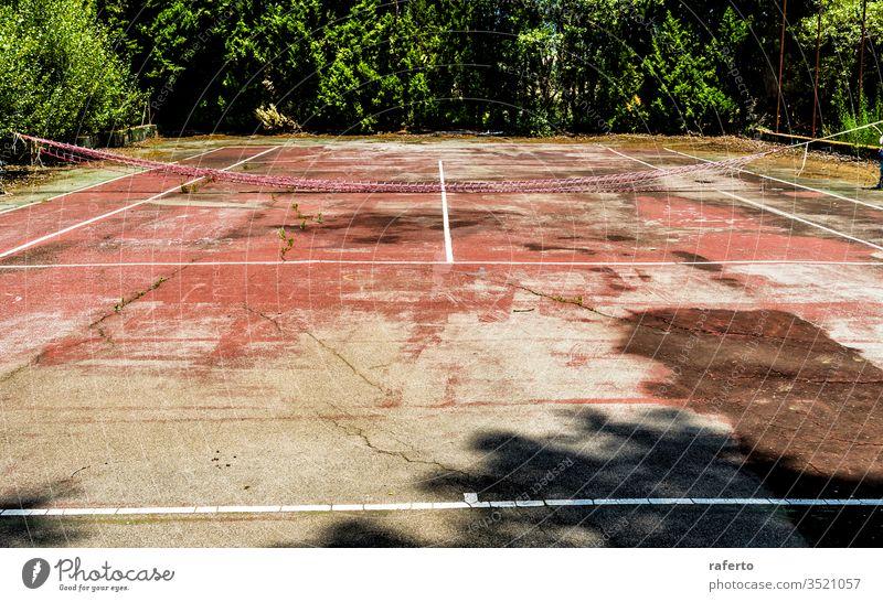 Grunge verlassener Tennisplatz Gericht Feld Sport Verlassen Spiel Freizeit niemand alt Ansicht Hintergrund grün Netz Wildpflanze Gras Baum Vegetation leer