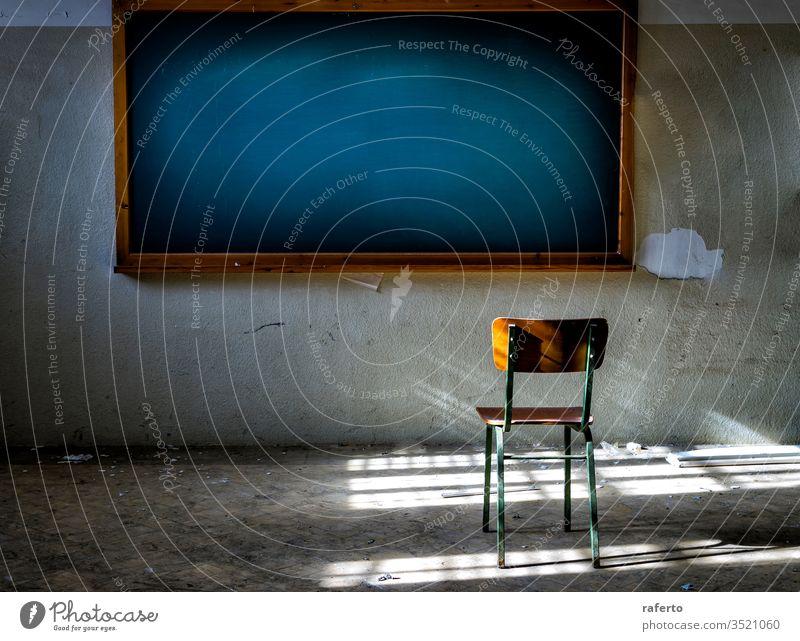 Verlassenes Klassenzimmer mit Stuhl vor der Vintage-Tafel blanko aussetzen Holzplatte Büro Grunge Innenbereich Klassenraum aufgeschlüsselt alt verfallen
