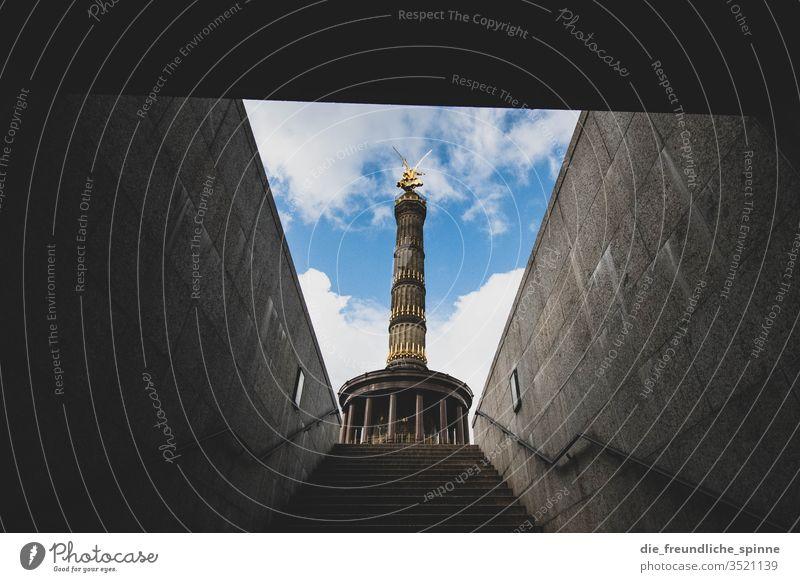Siegessäule von unten Berlin Großer Stern Sehenswürdigkeit Hauptstadt Denkmal Goldelse großer stern viktoria Tiergarten Deutschland Figur Aussicht Wahrzeichen