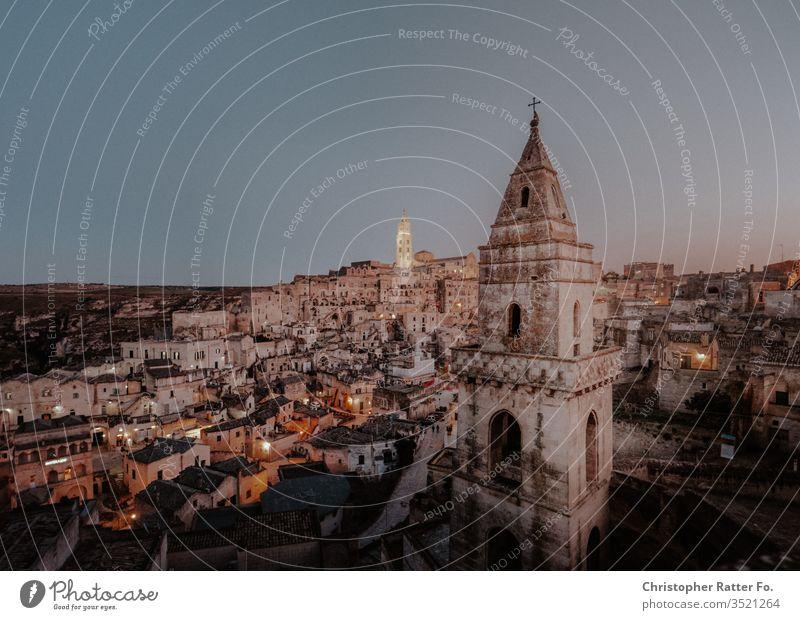 Felsenstadt Matera in der Dämmerung Reise Hintergrundbild Apulien Postkarte Hügel Stein Stille Dorf Aussicht Gelassenheit Farbfoto Italien Horizont Tourismus