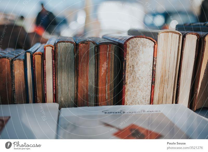 Alte Bücher auf einem Rohmaterial zum Verkauf Buch Bücherregal Buchladen zu verkaufen Bibliothek lesen Literatur Farbfoto Stapel Bildung Wissen alt