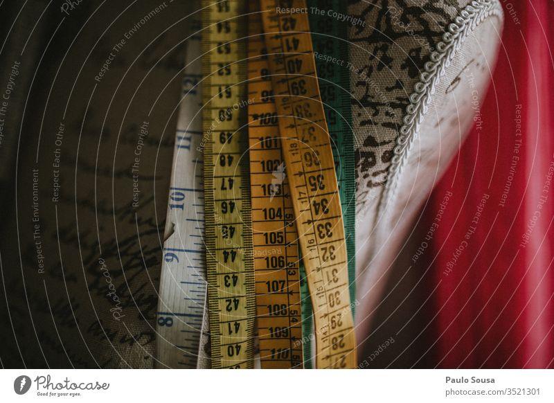 Maßband Messinstrument messen Ziffern & Zahlen Innenaufnahme Farbfoto Genauigkeit Handwerk Handwerker Arbeitsplatz Textfreiraum unten Präzision Zollstock