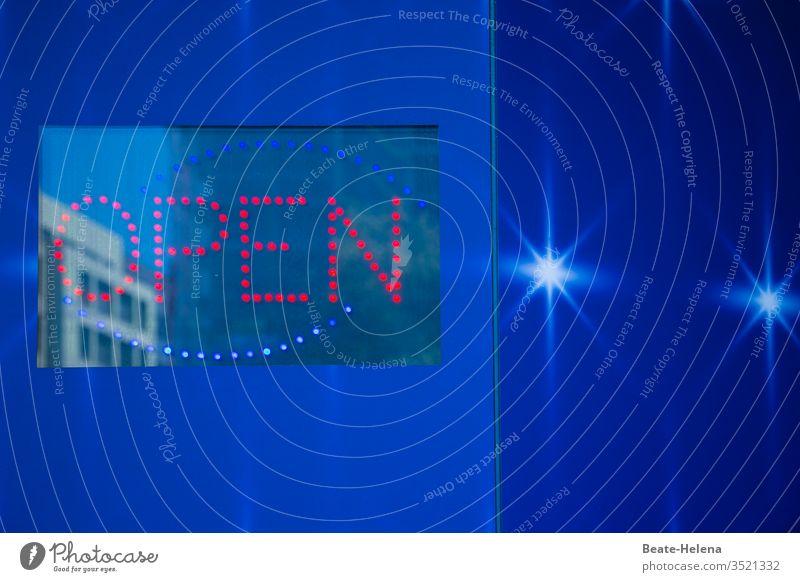 Beleuchtete Eingangstür mit gespiegeltem Gebäude und LED-Schrift: OPEN Etablissements Bart Außenaufnahme Open geöffnet Farbe einladend blau rot weiß