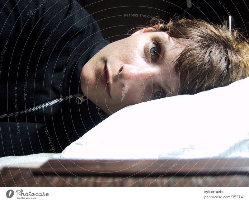 schlaflos Frau blau Auge liegen Kissen Kopfkissen