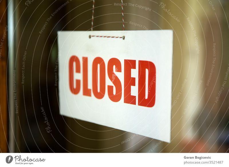 Geschlossenes Schild, das an der Tür eines Cafés oder kleinen Geschäfts hängt Business Laden Zeichen Fenster Werkstatt weiß Straße rot Entschuldigung