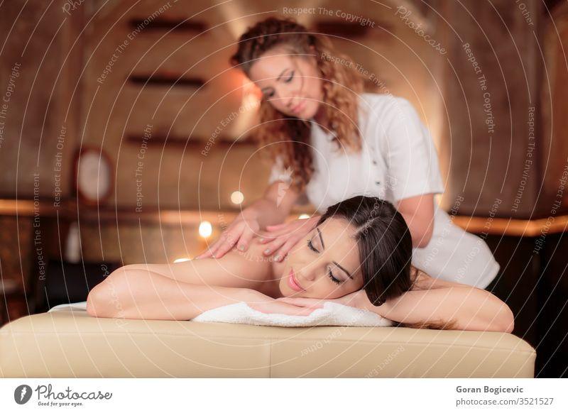 Massage Schönheit Pflege Gesundheit Mädchen Frau Sauberkeit Person Kaukasier Lifestyle Körper eine Resort hübsch jung Erwachsener im Innenbereich Spa Handtuch