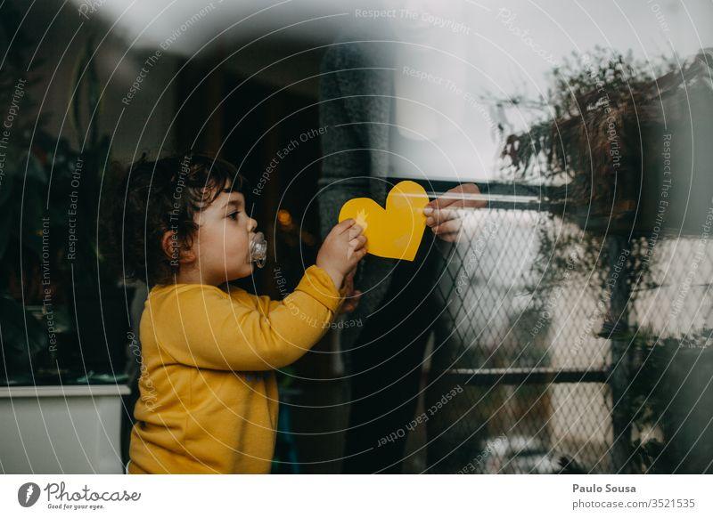 Kind schenkt der Mutter sein Herz Tochter Familie & Verwandtschaft Lifestyle Leben zu Hause heimwärts durch das Fenster Reflexion & Spiegelung herzförmig