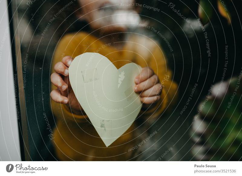 Nahaufnahme der Herzform des Händchens durch das Fenster durch Glas Halt Beteiligung herzförmig Kind zu Hause zu Hause bleiben Quarantäne Prävention Pandemie