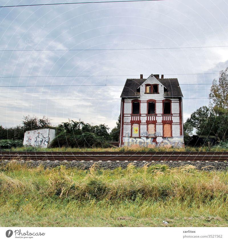 """Das alte Haus am Bahndamm hatte viel gesehen. Vor allem """"Bessere Zeiten"""" Ruine Gleise Fenster vernagelt Renovierung Vergänglichkeit Gebäude Verfall"""
