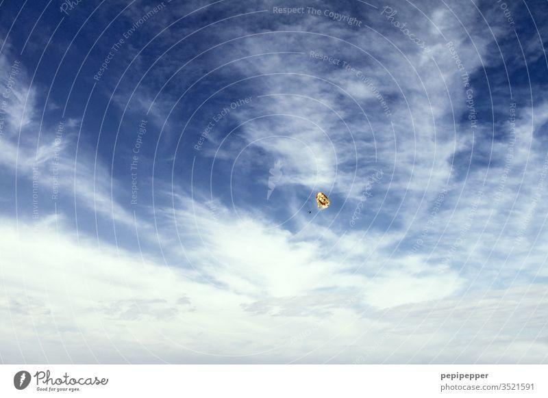 Paragleiter als kleiner Punkt am blauem Himmel Paragleiter, Himmel, blau, Gleitschirmfliegen Freizeit & Hobby Luft Außenaufnahme Farbfoto Freiheit Sport
