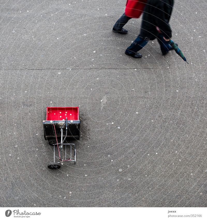 Weitermachen Mensch alt Stadt rot schwarz kalt Erwachsene Straße grau gehen Paar laufen Hoffnung Geld Reichtum Koffer