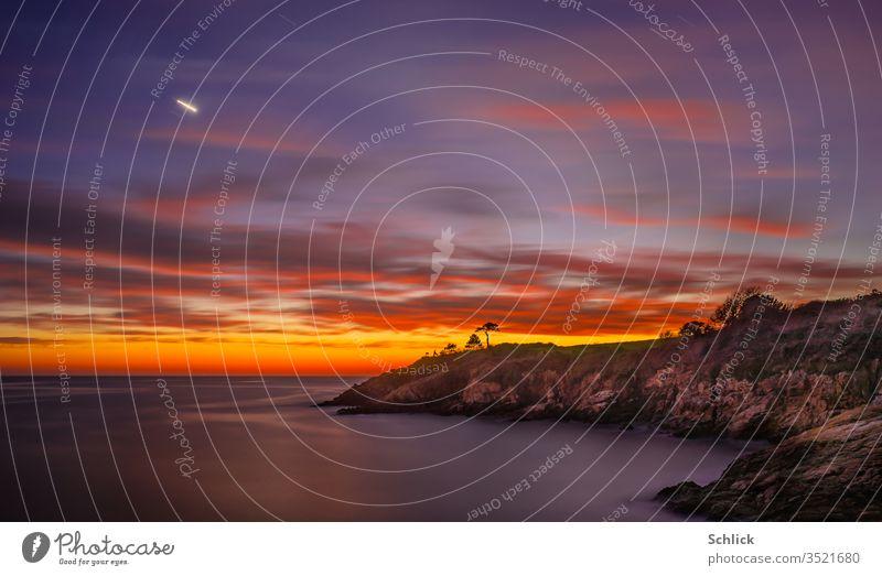 Küstenlanschaft in der Dämmerung mit Planet Venus in der Bretagne bei Port Manec'h Landschaft leuchten Abenstern Himmel Langzeitbelichtung Horizont Bäume klein