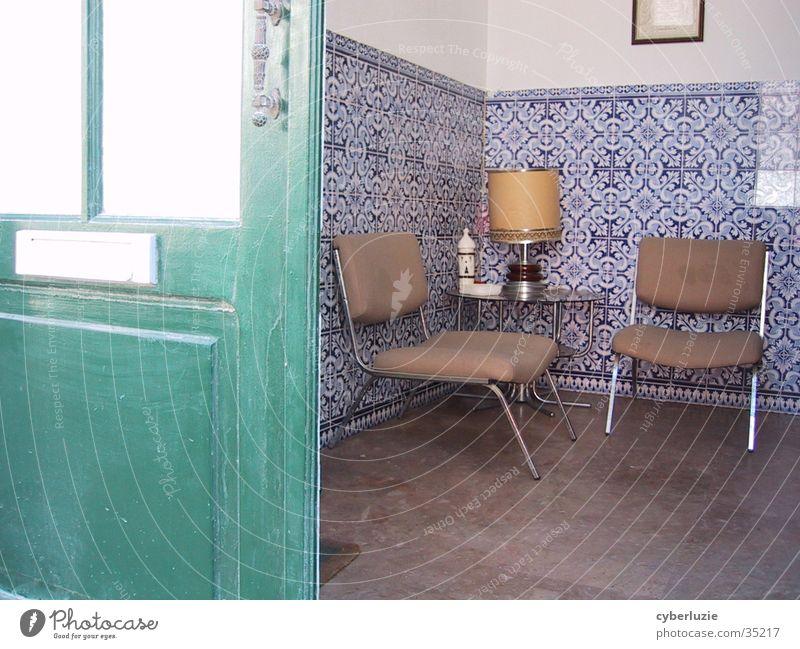 was grüne Türen verbergen... Portugal Anwalt Warteraum Stuhl Sitzecke Europa