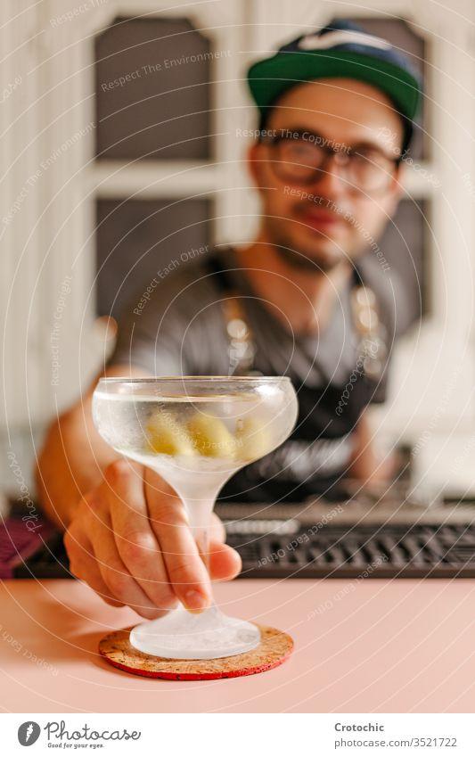 Selektiver Fokus in einem mit Flüssigkeit gefüllten, vereisten Cocktailglas vertikal zeigen dienen bereit Alkohol Bar modern liquide Brille Eis Frost Glas