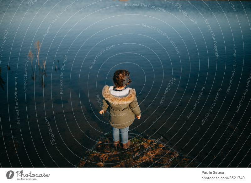 Kind schaut auf Wasser Kindheit wild See Fluss Farbfoto Kleinkind Freude Fröhlichkeit 1-3 Jahre Außenaufnahme Glück Natur Tag Reisefotografie reisen Kaukasier