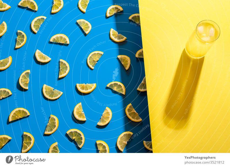 Glas Limonade und Zitronenscheibenmuster. Kaltes Sommergetränk ausgerichtet Getränk zweifarbig blau Zitrusfrüchte Cocktail Erfrischungsgetränk farbenfroh