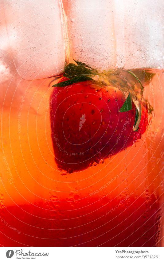 Erdbeergetränk in Nahaufnahme. Süßer fruchtiger Cocktail Hintergrund Getränk Erfrischungsgetränk farbenfroh lecker Entzug Diät trinken Flüssigkeiten Frische
