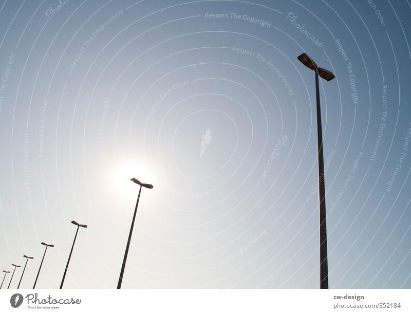 HEUTE: Tag für die Erhaltung der Ozonschicht Himmel nur Himmel Wolkenloser Himmel Sommer Schönes Wetter stehen Straßenbeleuchtung Licht Lichtpunkt Farbfoto