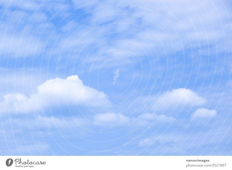 Niedrigwinkelansicht von Wolken am blauen Himmel Natur Hintergrund Licht weiß schön Cloud Wetter Sommer Farbe hell Tag Air hoch Schönheit Wolkenlandschaft
